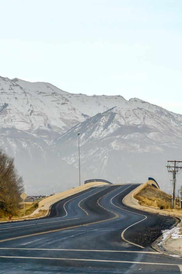 Courber la route en Utah avec la vue du bâti Timpanogos photos libres de droits