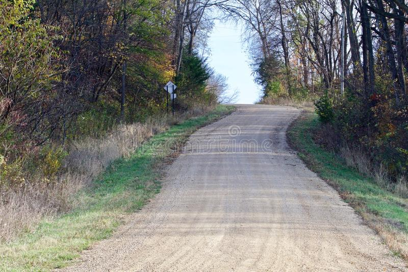 Courber la route vers le haut de la colline photo libre de droits