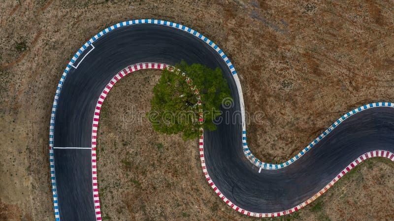 Courber la vue de voie de course de voie et de courbe d'asphalte de course de voiture de vue ci-dessus et aérienne photos libres de droits