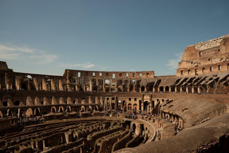Courber les murs intérieurs de Colosseum. images stock