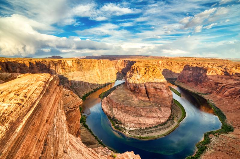 Courbure en fer ? cheval sur le fleuve Colorado au beau lever de soleil avec le ciel bleu lumineux, Utah photographie stock