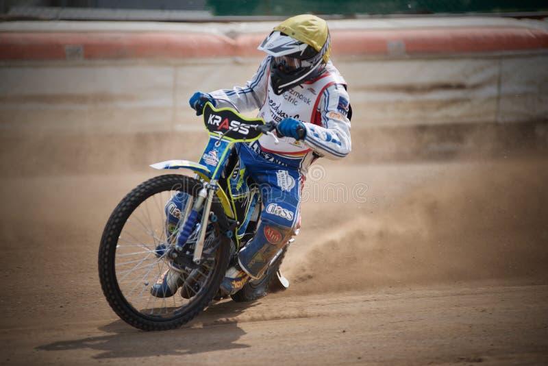 Coureur amateur de speed-way pendant la formation dans la République Tchèque de Liberec images stock