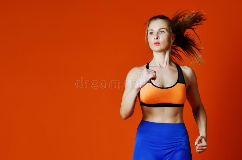 Coureur de femme en silhouette d'isolement sur le fond rouge mouvement dynamique Sport et style de vie sain photographie stock libre de droits