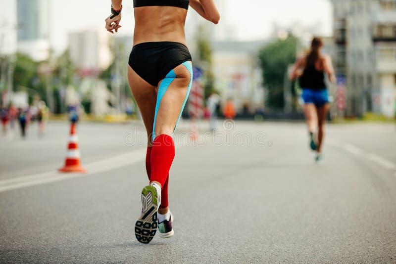 Coureur de femme de jambes dans les chaussettes rouges de compression photo libre de droits