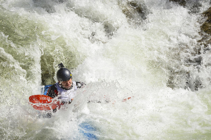 Coureur de kayak de Whitewater dans la mousse photos libres de droits