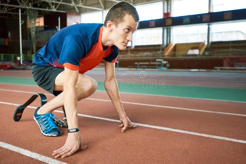 Coureur de Paralympic sur le début photos libres de droits