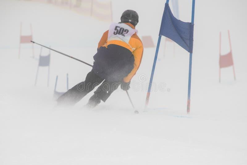 Coureur de slalom un jour de basse visibilité images libres de droits