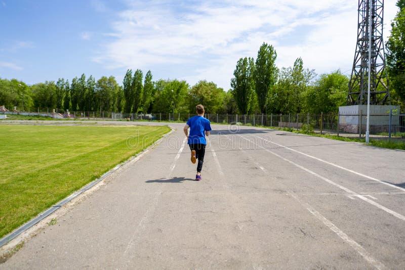 Coureur de vitesse rapide sur la voie de sport de stade extérieure avant les championnats photo stock