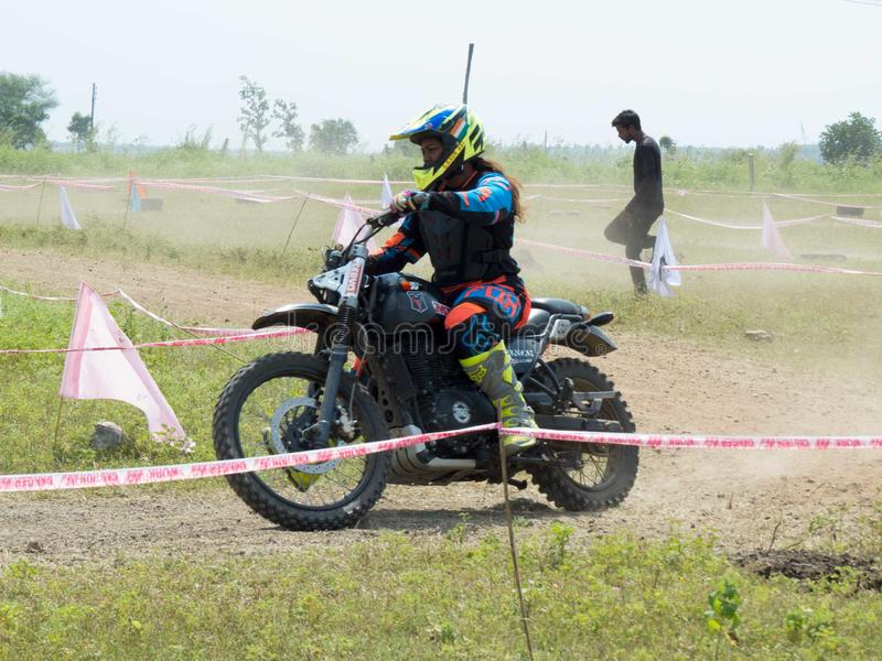 Coureur féminin de motocross sur sa moto photographie stock