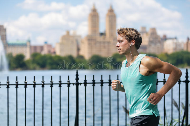 Coureur masculin fonctionnant dans le Central Park de New York City photographie stock libre de droits