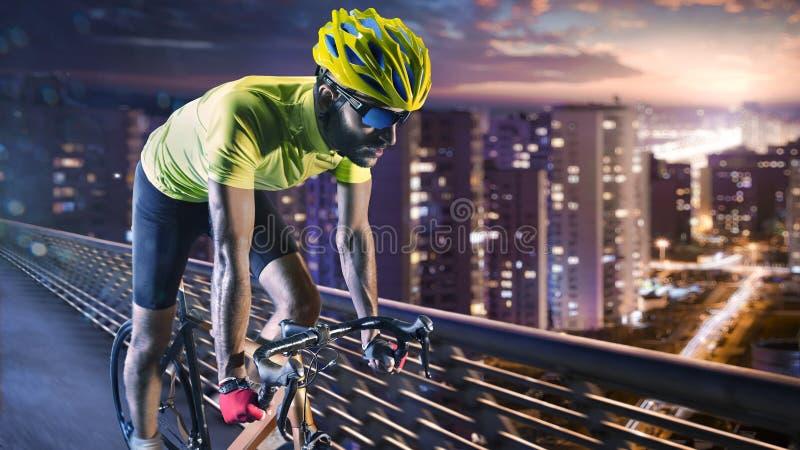 Coureur professionnel de bicyclette de route dans l'action photo libre de droits