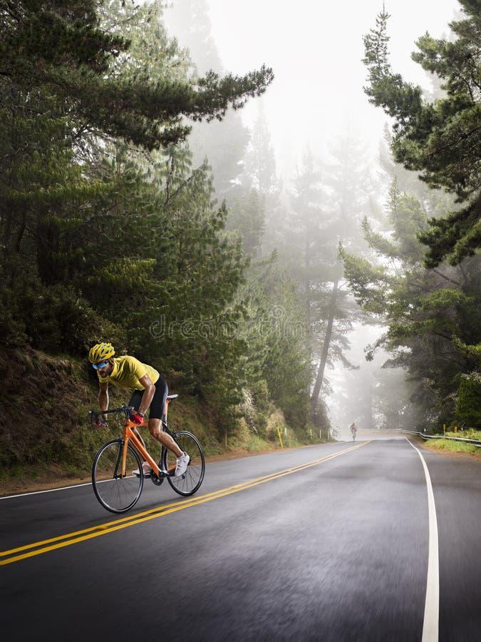 Coureur professionnel de bicyclette de route dans l'action photographie stock libre de droits
