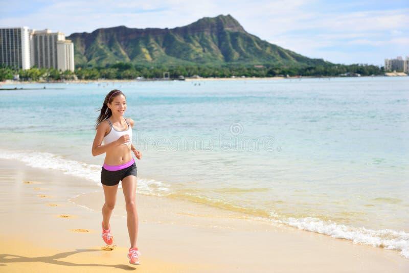 Coureur - pulser courant de plage de femme de forme physique de sport photos libres de droits