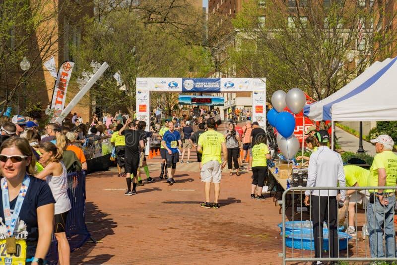 Coureurs à la ligne d'arrivée des 2019 Ridge Marathon bleu photographie stock libre de droits