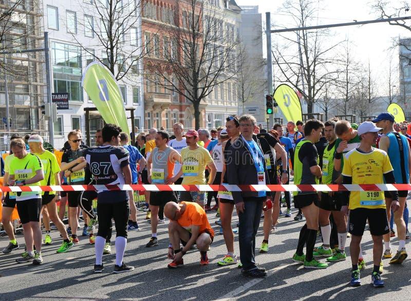 Coureurs attendant à la ligne d'arrivée de marathon de Hanovre images libres de droits