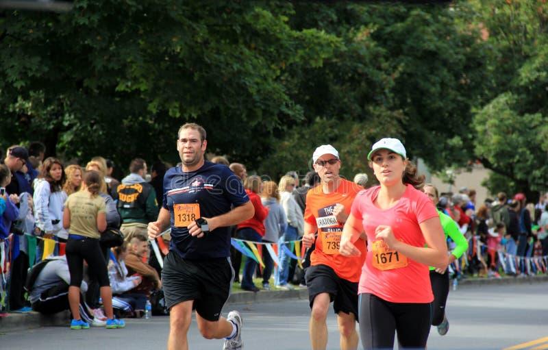 Coureurs croisant la ligne d'arrivée du demi marathon, ressort de Saratoga, New York, le 15 septembre 2013, photographie stock libre de droits