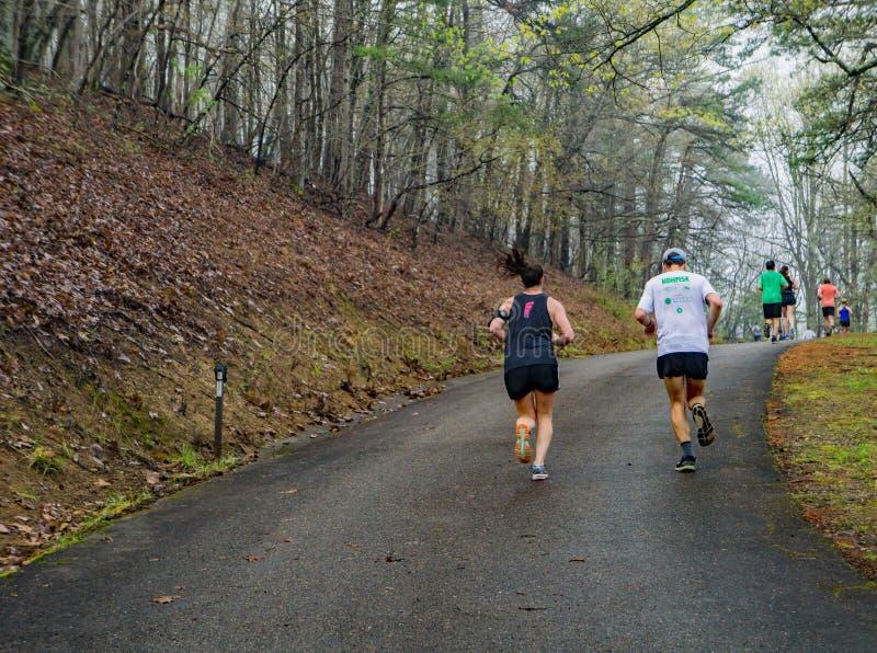 Coureurs dans le brouillard concurrençant dans les 2019 Ridge Marathon bleu photo stock