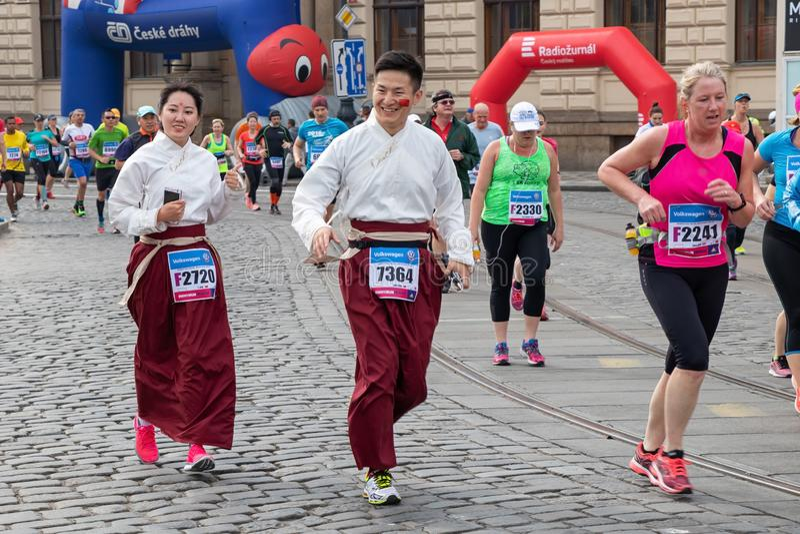 Coureurs participant au marathon d'International de Prague image libre de droits