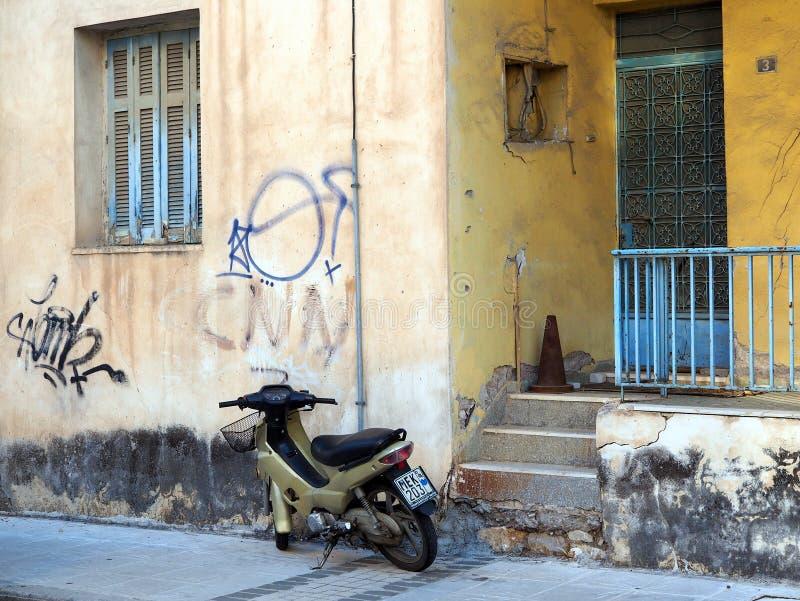 Courez en bas de Pale Brown Stucco House, Grèce image libre de droits