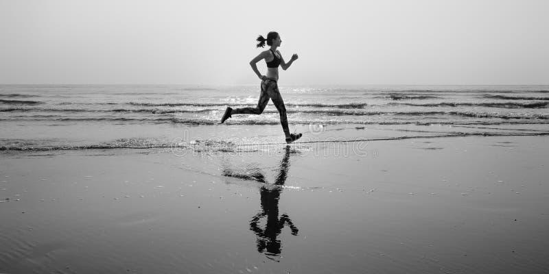 Courez le sprint de sport de sable de mer détendent le concept de plage d'exercice image stock