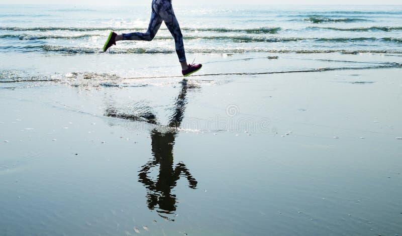 Courez le sprint de sport de sable de mer détendent le concept de plage d'exercice photographie stock