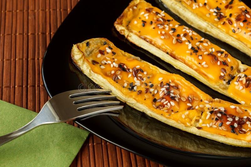 Courge à la moelle, cuite au four avec du fromage de cheddar et le mélange des graines photographie stock libre de droits
