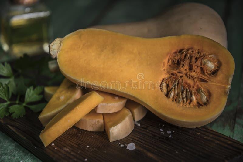 courge de butternut au-dessus de vieux fond en bois image libre de droits