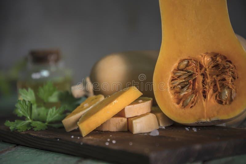 courge de butternut au-dessus de vieux fond en bois photos stock