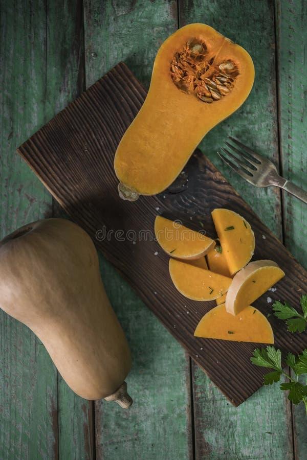 courge de butternut au-dessus de vieux fond en bois image stock