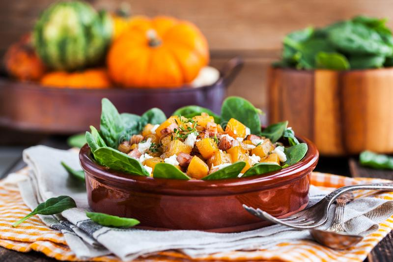 Courge de Butternut, lard, épinards et salade chaude de feta images libres de droits