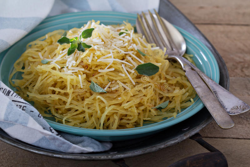 Courge de spaghetti avec les herbes et le parmesan photographie stock