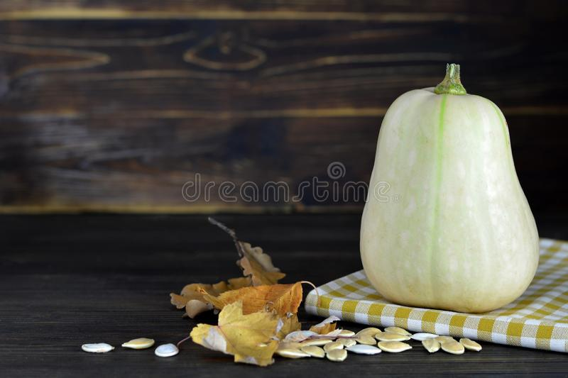 Courge et graines de Butternut sur la table en bois photos stock
