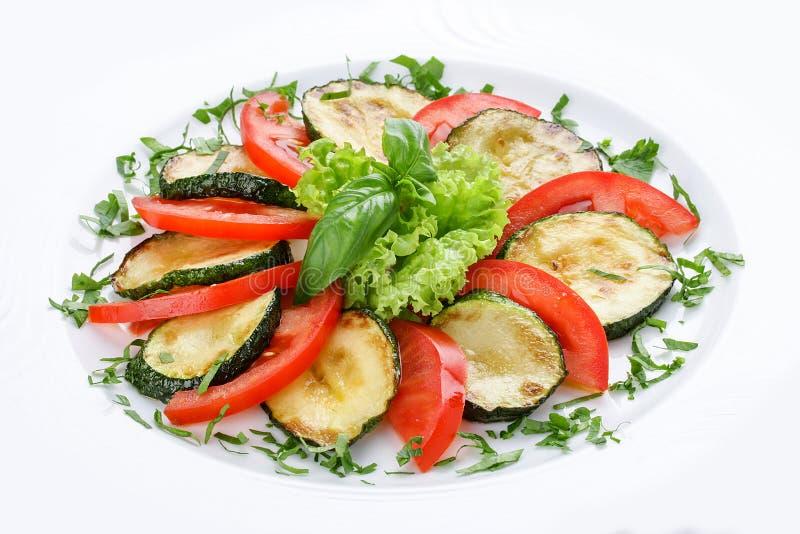 Courges à la moelle frites avec la verdure et les tomates image stock