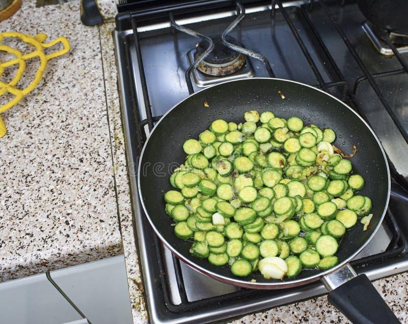 Courgette coupée en tranches dans une casserole fryning photographie stock