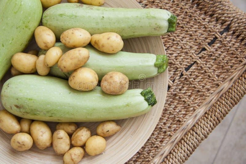 Courgette en aardappel in mand royalty-vrije stock foto