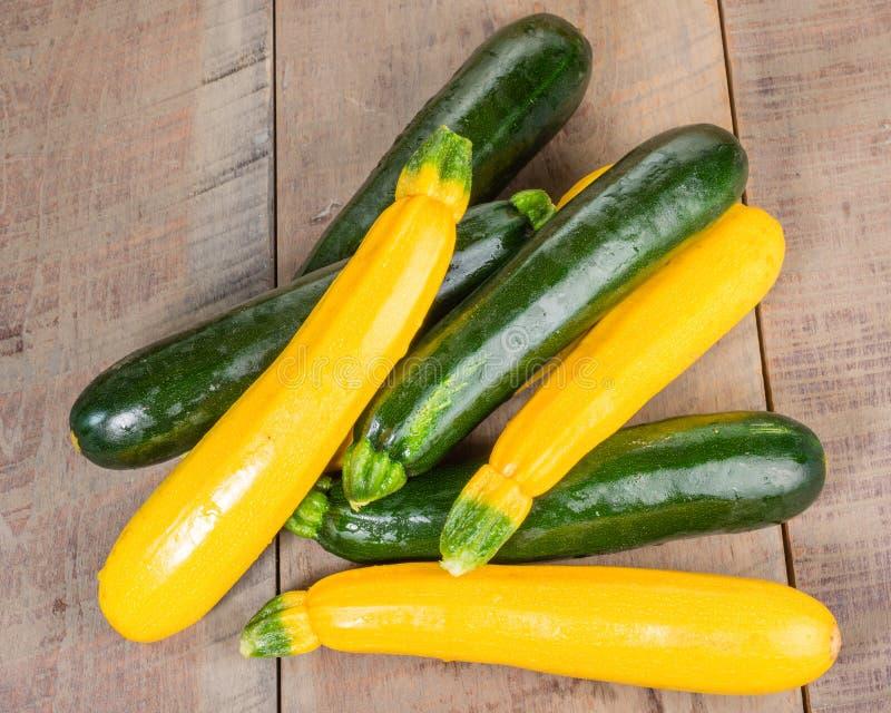 Courgette en gele pompoen op lijst royalty-vrije stock afbeelding