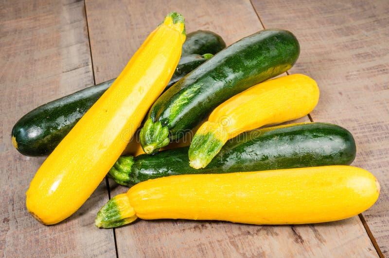 Courgette en gele pompoen op lijst stock afbeelding