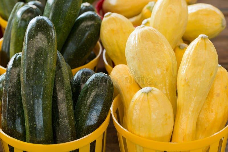 Courgette en Pompoen voor Verkoop bij Landbouwersmarkt royalty-vrije stock afbeelding