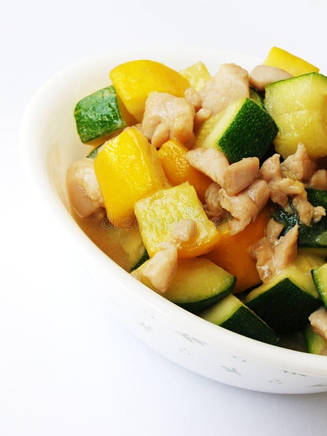 Courgette et poulet frits par Stir images stock