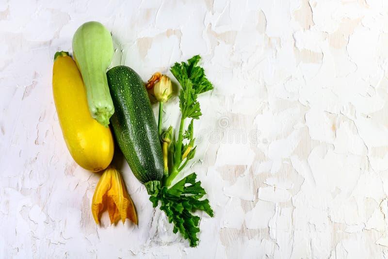 Courgette fraîche avec la fleur, le régime sain de vegan ou la nourriture végétarienne, faisant cuire le concept Vue supérieure,  photo stock