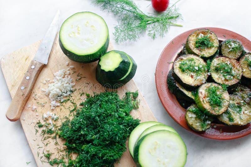 Courgette grillée avec l'ail et les herbes photographie stock