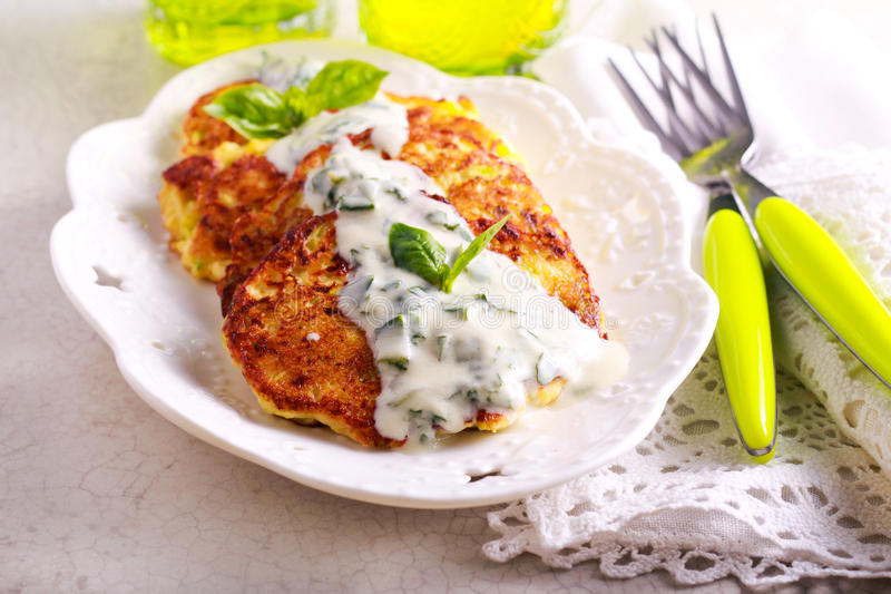 Courgette i feta fritters z kumberlandem obrazy royalty free