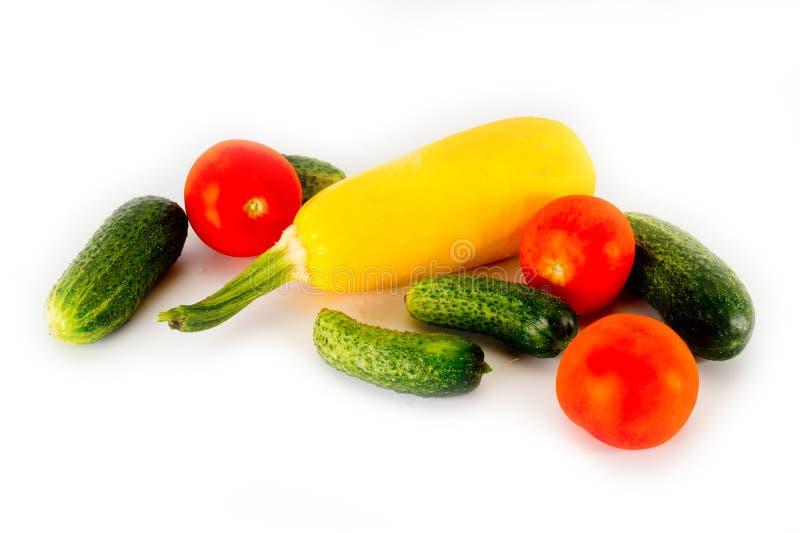 Courgette jaune, tomates et concombres verts sur un fond blanc images libres de droits