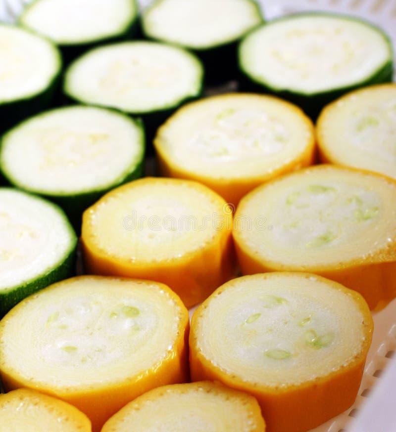 Courgette jaune verte coupée en tranches photographie stock libre de droits