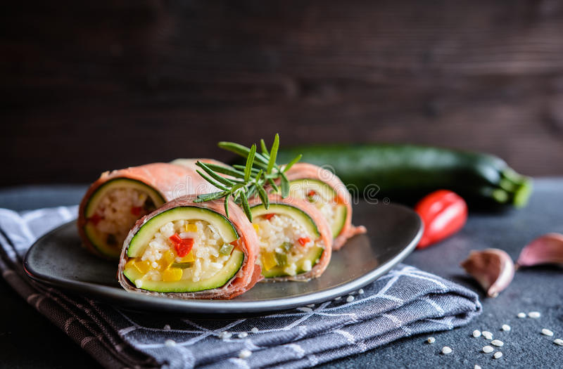 Courgette met rijst, kaas, peper wordt en in Prosciutto wordt verpakt gevuld die die stock foto