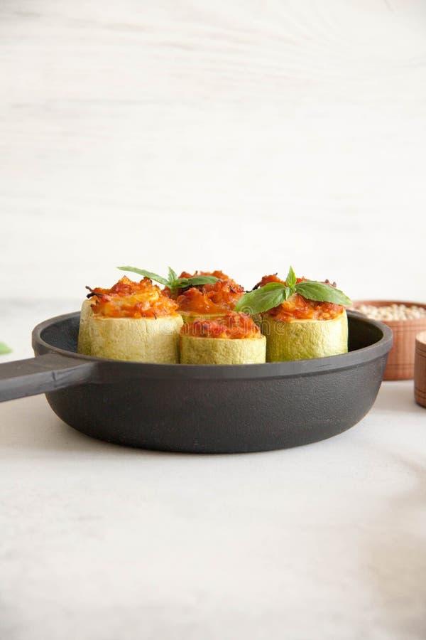 Courgette met veggies wordt gevuld die stock foto