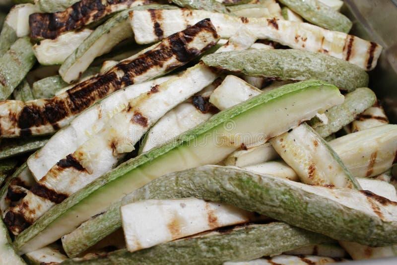 Courgette r?tie Courgette verte for?e d?licieuse avec l'ail et les herbes L?gumes sur un barbecue Gril et concept d'?t? images libres de droits