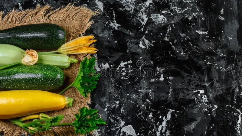 Courgette verte cultivée fraîche, offre sur le marché végétal, courge d'été Place pour le texte photographie stock libre de droits