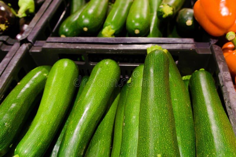 Courgette verte vendue au supermarché images libres de droits