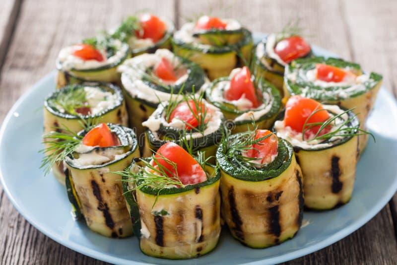 Courgettebroodjes met roomkaas, tomaten en dille royalty-vrije stock afbeeldingen